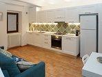 Cucina attrezzata con divano