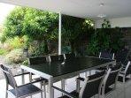La grande table pour les repas à l'extérieur