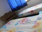 Dormitorio, con closet y poltrona