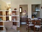 Wohnzimmer, Blick zur Küche und Essecke