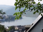 Wohn-/Esszimmer mit Blick auf den Rhein