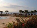 Blick von der Terrasse zum Pool und den Gozo Channel rechts