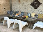 Table du petit déjeuner dans la cour intérieure l'été
