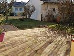 terrasse avec salon de jardin et transat (printemps-été)