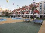 Pistas de ping pong en la urbanización