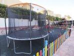 Parque de la urbanización, con cama elástica
