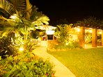 The villa offers different atmospheres of light at night, offering unbeatable moments of relaxation