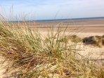 La spiaggia si trova a pochi passi da Marsh View Cottage a Camber Sands