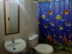 Banheiro que fica na casa,com choveiro quente.