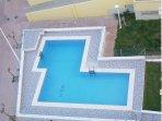 Vista aérea de piscina con nombre del edificio