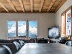La salle à manger, le salon. En arrière-plan et le Mont-Blanc.