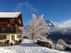 Le chalet avec son balcon orienté vers le Mont-Blanc, et les Aiguilles de Warrens en arrière plan.