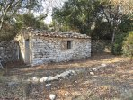 Provencal stone shepper house at 800 meters from the village in front of organic cherries trees