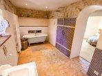 salle de bain avec baignoire et douche italienne