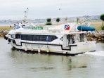 Este barco te lleva a Santander cada media hora.
