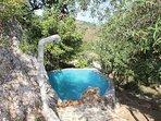 piscina con jacuzzi integrada en la roca