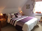King size bedroom with en-suite at Taigh a' Bhraoin