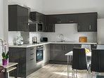 Cedar apartment: Fully fitted kitchen with integrated appliances