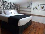 Vue de la chambre avec lit king size