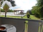 Acces direct à la piscine depuis votre terrasse par le petit portillon