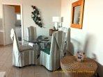 coté salle à manger,table très confortable pour 4 personnes