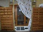 intimité préservée pour le sauna ('Spectra' de France Sauna) installée dans un 'enclos' en bois !