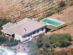 300 m2, rodeada de un amplio jardín y de una piscina y de un amplio huerto de árboles frutales