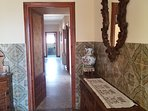 El Hall de entrada distribuye el salón, el comedor y la cocina y por supuesto el pasillo interior
