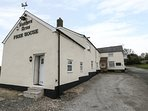 BUTCHERS ARMS COTTAGE, open plan, countryside views, pet friendly, in Nercwys