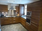 Well fitted kitchen with Siemens integrated appliances