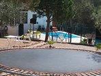 Con piscina, colchoneta de saltos y parque de juegos, entre bosques y silencio.