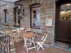 Die Terrasse direkt am Hauseingang lädt zum gemütlichen beisammensitzen und einem Glas Ahrwein ein.