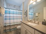 1 ° piano bagno completo con vasca / doccia, finiture in granito e marmo, adiacente alla camera a castello e al...