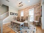 Sala da pranzo carina con accento di mattoni personalizzati e posti a sedere per 8 o più