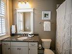Queen bedroom en-suite bathroom