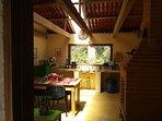 Una vista de la cocina para los huéspedes. Con su propia chimenea y salita para convivir.
