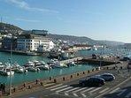 vue du séjour : les bassins, le musée des Pêcheries, la côte de la Vierge