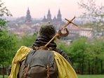Peregrino andando hacia Santiago de Compostela