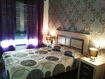 Ámplio dormitorio de matrimonio con colchon y almohada viscoelástica y climatizado