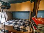 Dormitorio con litera de diseño, equipada con cama de matrimonio abajo y cama de 90 cms arriba.