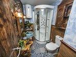 Espectacular baño, con sauna de diseño y hecho a mano. Cuenta con sauna y todas las comodidades.