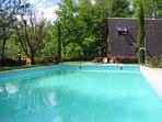 La piscine de 10x5m peut-être couverte et chauffée