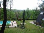 La propriété se trouve en hauteur dans un bois offrant une vue magnifique