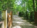 L'accès se fait par un chemin de 200 mètres