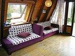 L'intérieur cosy est entièrement en bois