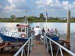 Bij de populaire fietstocht langs de IJssel steekt u soms de rivier over met kleine veerpontjes.