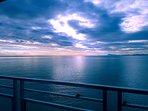 Balcón con vistas al mar.Un amanecer