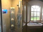 In de badkamer-en-suite de luxe Sunshower: IR of UV licht onder het douchen.