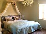 Slaapkamer 'Lieve' met mooi zicht op de molen. (extra groot bed, matras stevig)