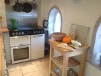 Well-equipped kitchen. Range cooker: 5 ring hob. Bake bread, roast pumpkin and grill all at once.